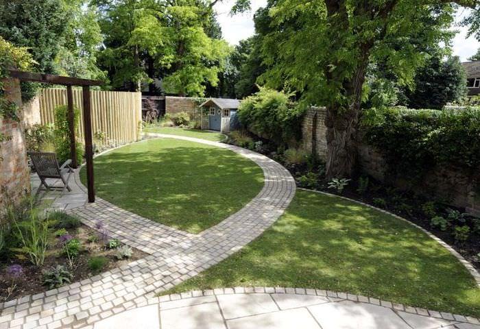 Садовые дорожки из брусчатки в ландшафтном дизайне