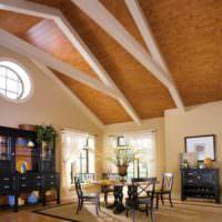 Отделка потолка деревянными панелями в дизайне комнаты