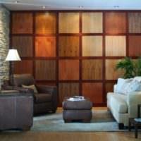 Отделка стен гостиной декоративными деревянными панелями
