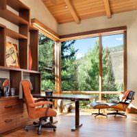 Деревянные рамы и потолок с отделкой из древесины