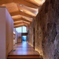 Дерево и камень в интерьере коридора