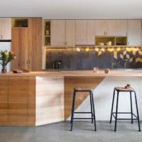 Дерево в интерьере кухни-гостиной