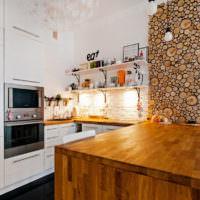 Столешница из клеенной древесины и панели из спилов в интерьере кухни