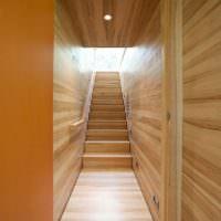 Отделка деревом узкого коридора и лестницы на второй этаж