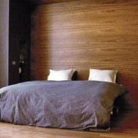 Спальня с отделкой стен деревянными декоративными панелями