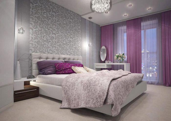 Серо-фиолетовый интерьер спальни городской квартиры