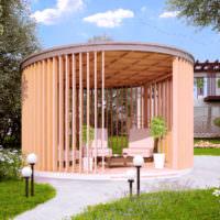 Круглая беседка из досок в дизайне сада
