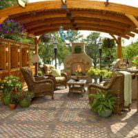 Плетенная садовая мебель в деревянной беседке