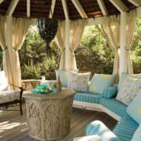 Удобные подушки в декоре садовой беседки