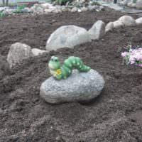 Декоративная гусеница на камне как украшение дачного огорода