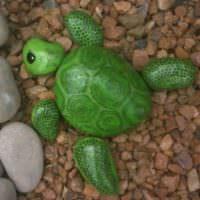 Декоративная черепаха из крашеного камня