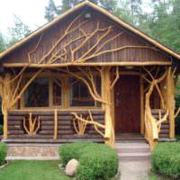 Декорирование открытой террасы с помощью стволов деревьев