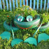 Декоративный лягушонок из автомобильных покрышек