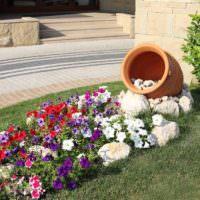 Оригинальное оформление цветочной клумбы