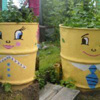 Бочки с водой в декорировании садового участка