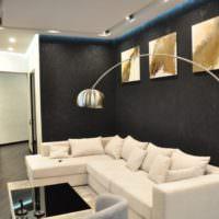 Черные стены и белый диван в однушке панельного дома