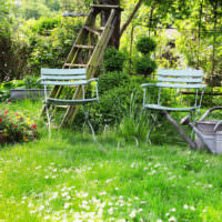 Садовые стульчики на зеленой лужайке