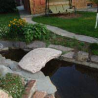 Каменный мостик через садовый ручей