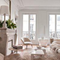 Камин в гостиной классического стиля