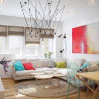 Яркие акценты красного и синего в дизайне гостиной