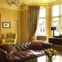 Кожаный диван по центру гостиной