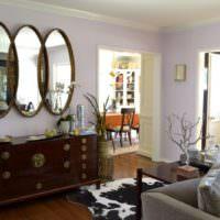 Зеркала и комод в интерьере гостиной