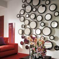 Оригинальное декорирование стены гостиной зеркалами