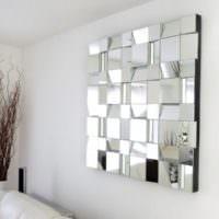 Зеркальное панно в оформлении стены в гостиной