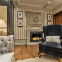 Черное бархатное кресло в интерьере неоклассической комнаты
