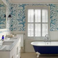 Белый кафель и сиреневые орнаменты на стене ванной комнаты