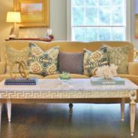 Столик с резными ножками перед диваном в гостиной