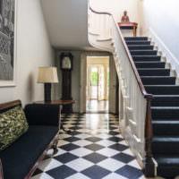 Черный ковер на ступенях междуэтажной лестницы в загородном доме