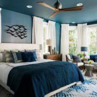 Спальня загородного дома в синих тонах