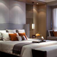 Точечные софиты над изголовьем кровати