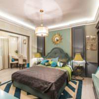 Современная спальня с ярким декором