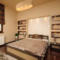 Красивая спальня с нишами над изголовьем кровати