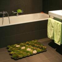 Живой коврик из натурального мха перед ванной