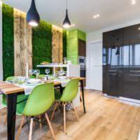 Сочетание зеленого мха и деревянных поверхностей в интерьере кухни