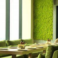 Ярко зеленый мох на стене кухни