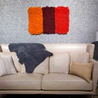 Цветной мох как украшение стены над диваном