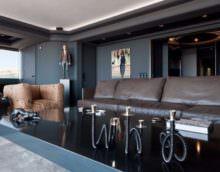 Дизайн гостиной в темных тонах для делового мужчины