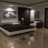 Просторная кровать на деревянном полу в спальне