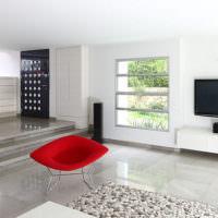 Красное кресло в белой гостиной