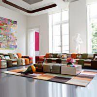 Мебель из пестрых кубиков в просторной гостиной