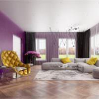 Желтое кресло оригинальной конструкции в комнате с фиолетовыми стенами