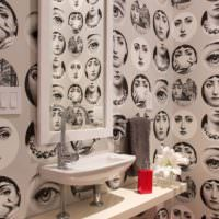 Портреты на стене ванной комнаты