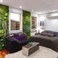 Живые растения на стене обычной квартиры