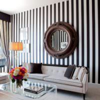 Зеркало в гостиной на стене с полосатыми обоями