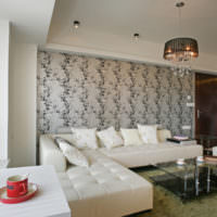 Современная гостиная с обоями на стене