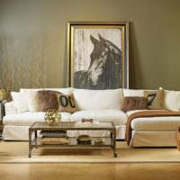 Оливковая стена за диваном в гостиной